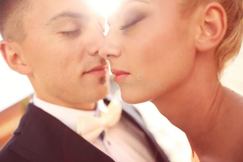 Sluit omhoog van een bruidegom en een bruid royalty-vrije stock afbeeldingen