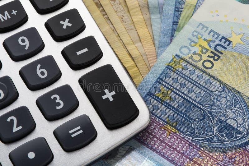 Sluit omhoog van een calculator en een euro geld stock foto