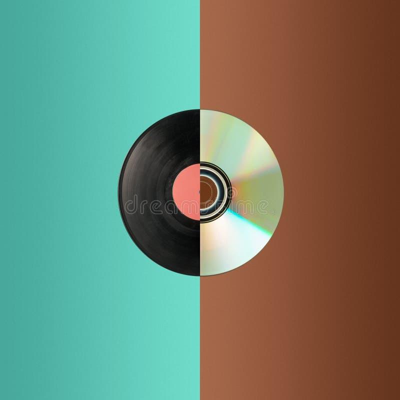 Sluit omhoog van een CD en een gedeeltelijk vinylverslag stock foto
