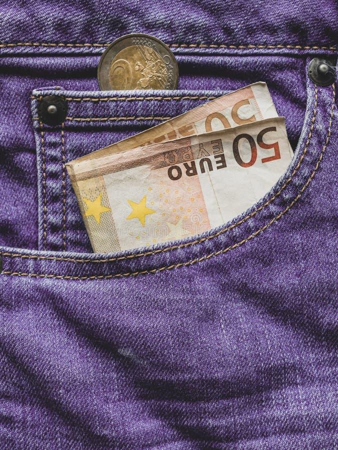 Sluit omhoog van een euro bankbiljet 50 in een zak stock foto's