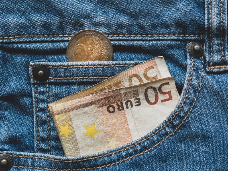 Sluit omhoog van een euro bankbiljet 50 in een zak royalty-vrije stock afbeeldingen