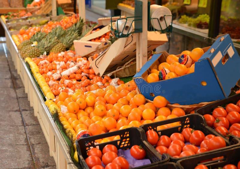 Sluit omhoog van een fruitmarkt in een straat in Parijs stock foto's
