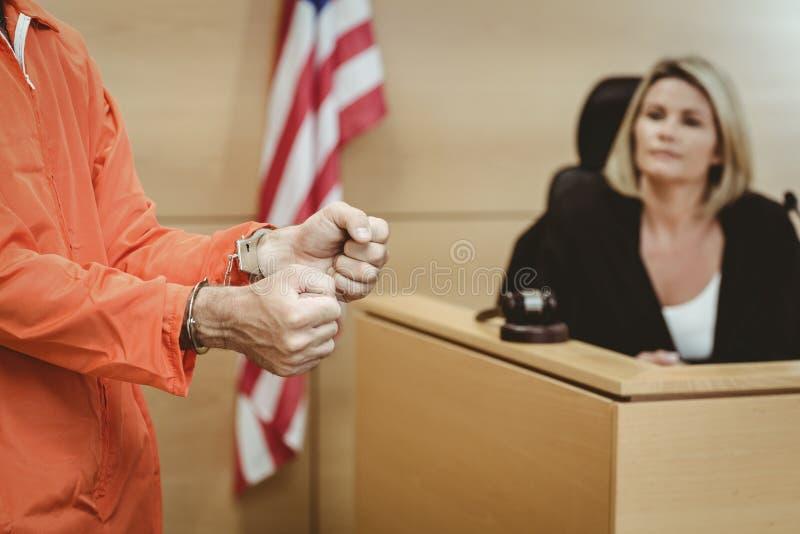 Sluit omhoog van een gevangene die handcuffs dragen royalty-vrije stock foto