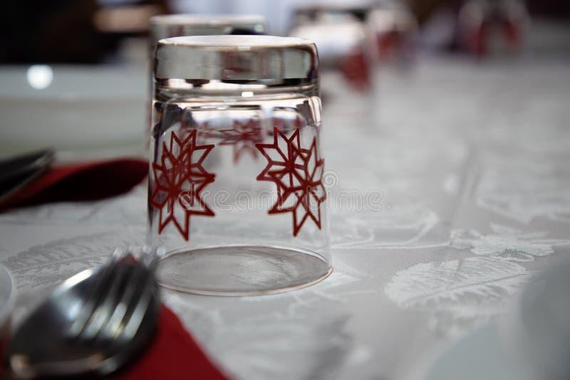 Sluit omhoog van een glas met Kerstmispatroon dat wordt verfraaid royalty-vrije stock foto's