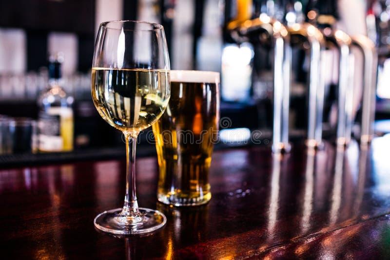 Sluit omhoog van een glas wijn en een bier royalty-vrije stock foto