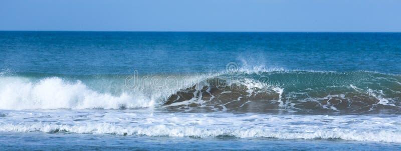 Sluit omhoog van een golf op de Atlantische Oceaan royalty-vrije stock afbeelding