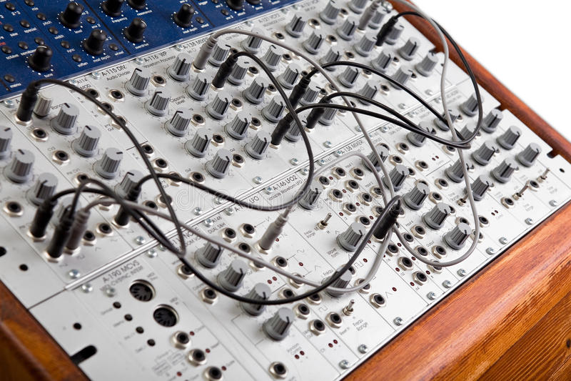 Sluit omhoog van een grote modulaire synthesizer stock afbeeldingen