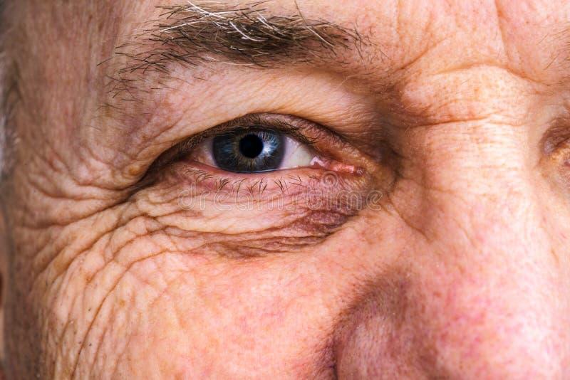 Sluit omhoog van een het glimlachen ouder man oog royalty-vrije stock afbeelding