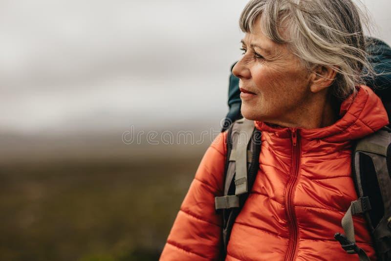 Sluit omhoog van een hogere vrouw wandeling stock fotografie