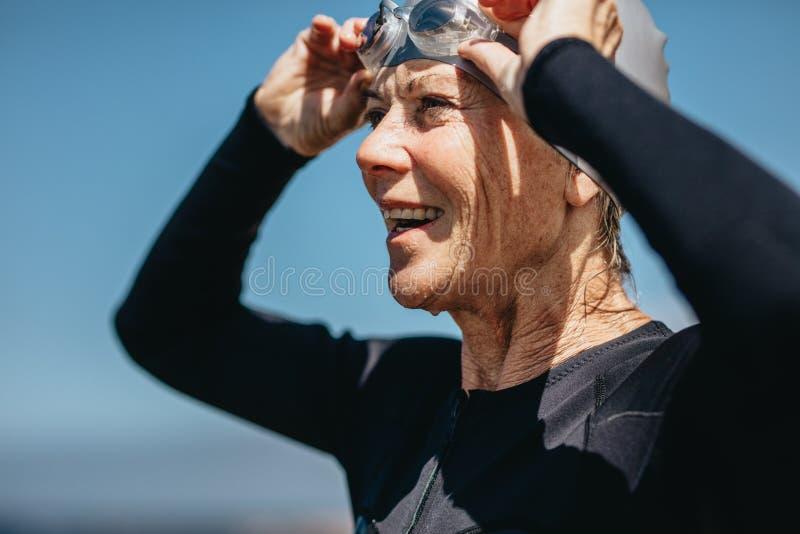 Sluit omhoog van een hogere vrouwelijke zwemmer royalty-vrije stock fotografie