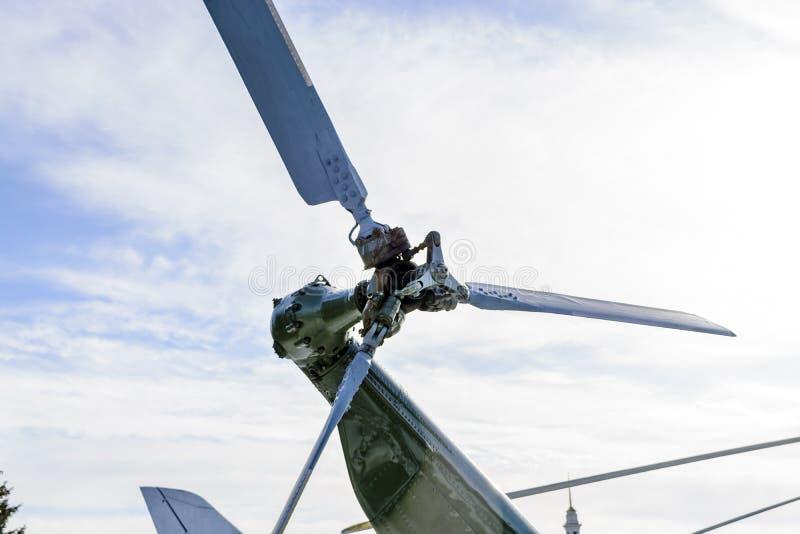 Sluit omhoog van een hub en de bladen van de helikopterrotor stock foto's