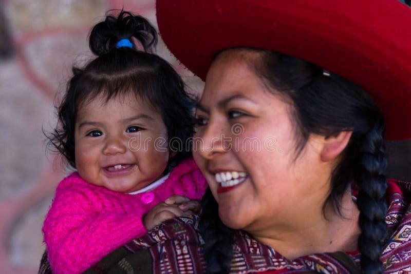 Sluit omhoog van een Inheemse Peruviaanse moeder en haar babymeisje stock afbeeldingen