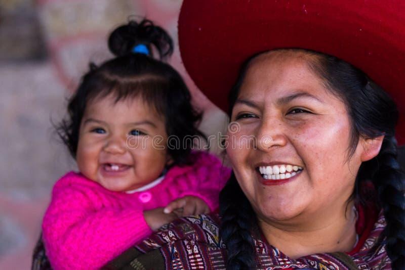 Sluit omhoog van een Inheemse Peruviaanse moeder en haar babymeisje stock afbeelding