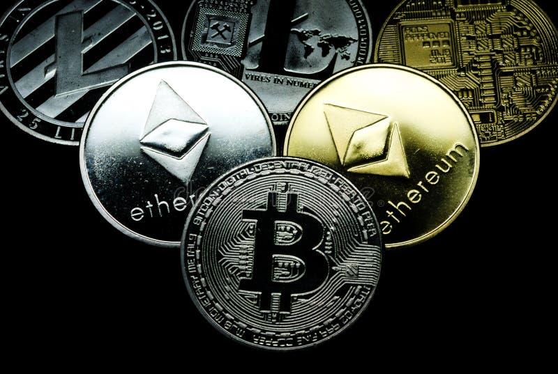 Sluit omhoog van een inzameling van zilveren en gouden crypto muntstukken stock foto