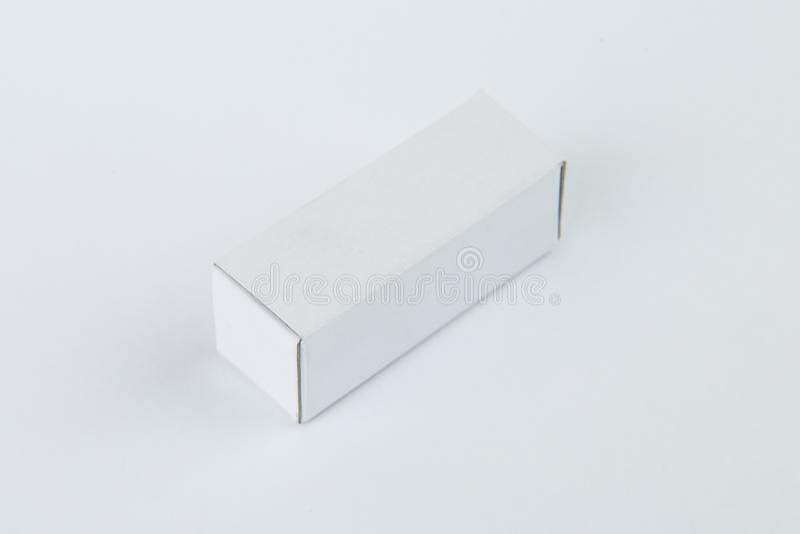 Sluit omhoog van een kleine witte die kartondoos, op witte achtergrond wordt geïsoleerd royalty-vrije stock foto