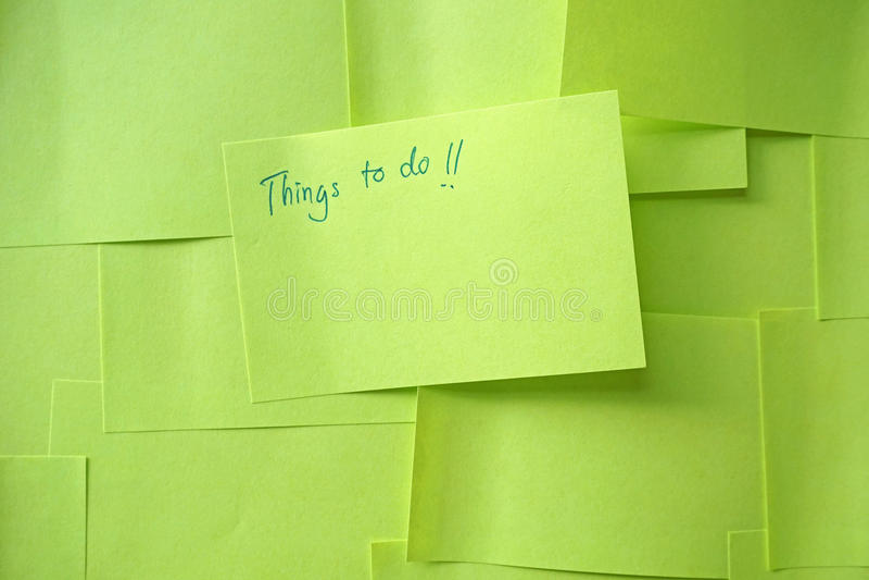Sluit omhoog van een kleverige nota zeggend Dingen om lijst te doen royalty-vrije stock afbeelding