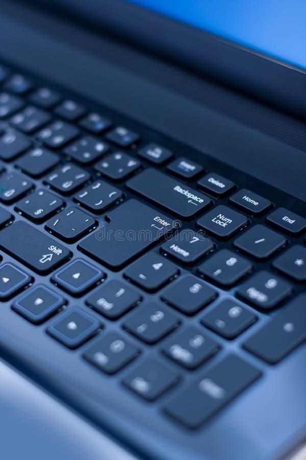 Sluit omhoog van een laptop toetsenbord stock afbeeldingen
