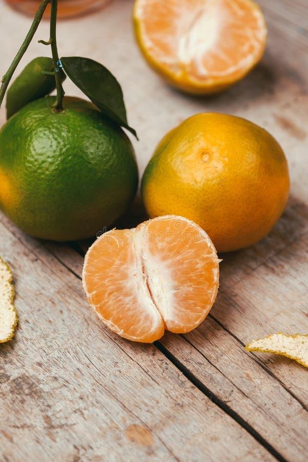 Sluit omhoog van een mandarijntje over witte achtergrond stock foto's