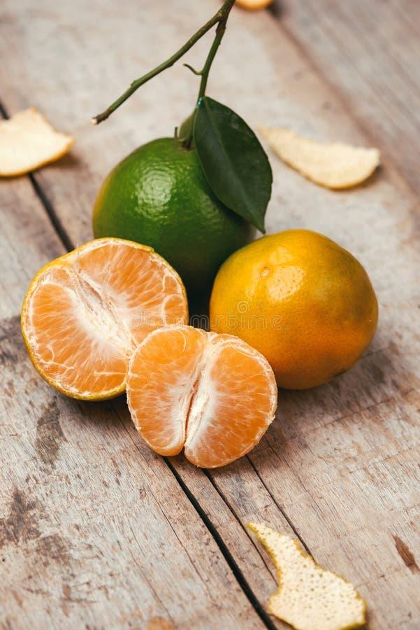Sluit omhoog van een mandarijntje over witte achtergrond wordt geïsoleerd die stock afbeelding