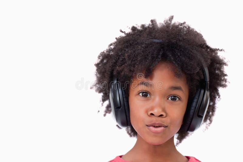 Sluit omhoog van een meisje dat aan muziek luistert royalty-vrije stock afbeeldingen