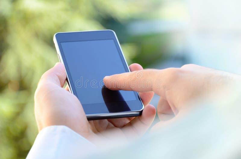 Sluit omhoog van een mens gebruikend mobiele slimme telefoon