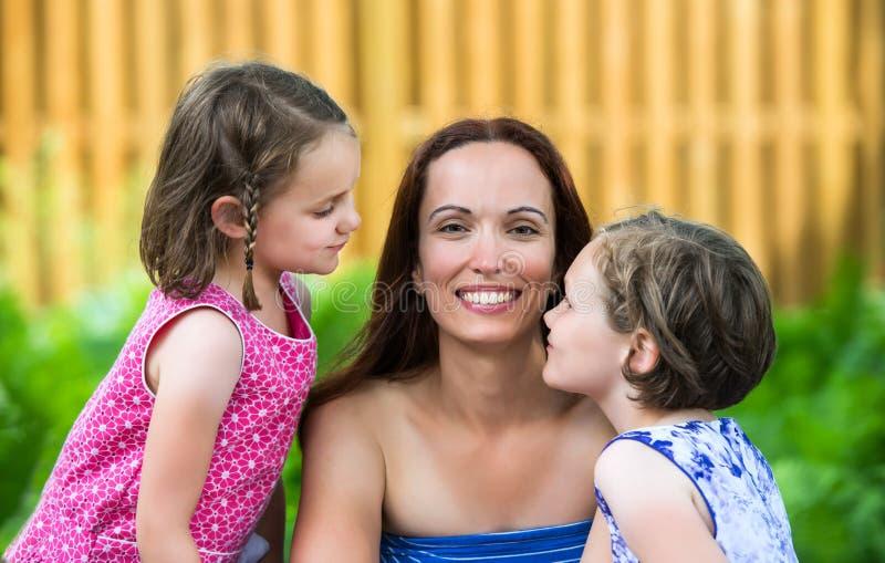 Sluit omhoog van een Moeder en haar Dochters - sluit omhoog stock afbeeldingen