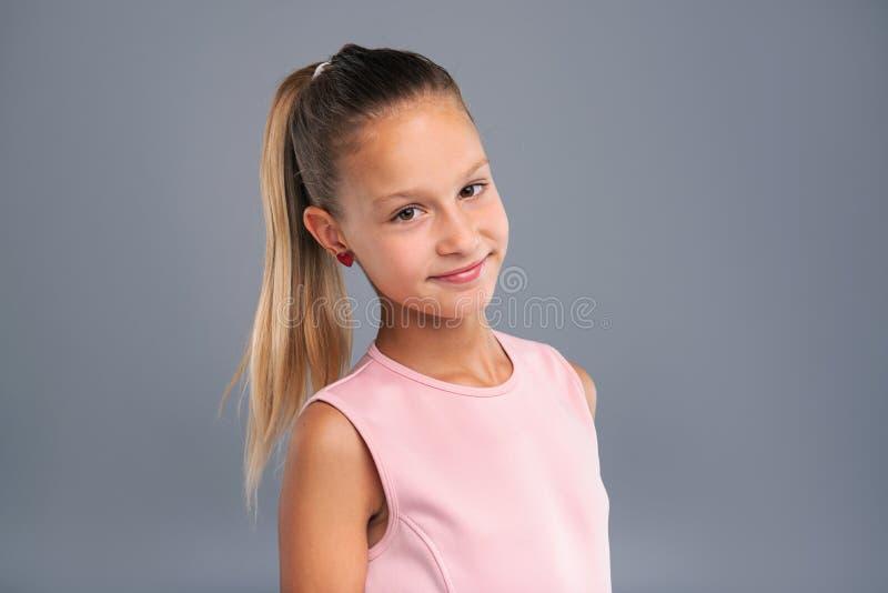 Sluit omhoog van een mooie tiener met paardestaart stock fotografie