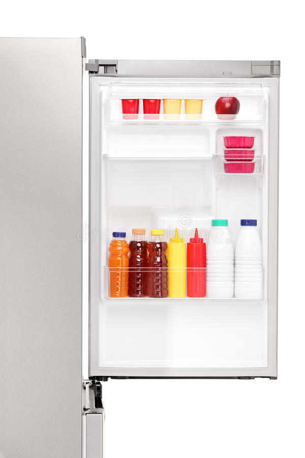 Sluit omhoog van een open koelkasthoogtepunt van gezonde voedingsmiddelen royalty-vrije stock afbeelding