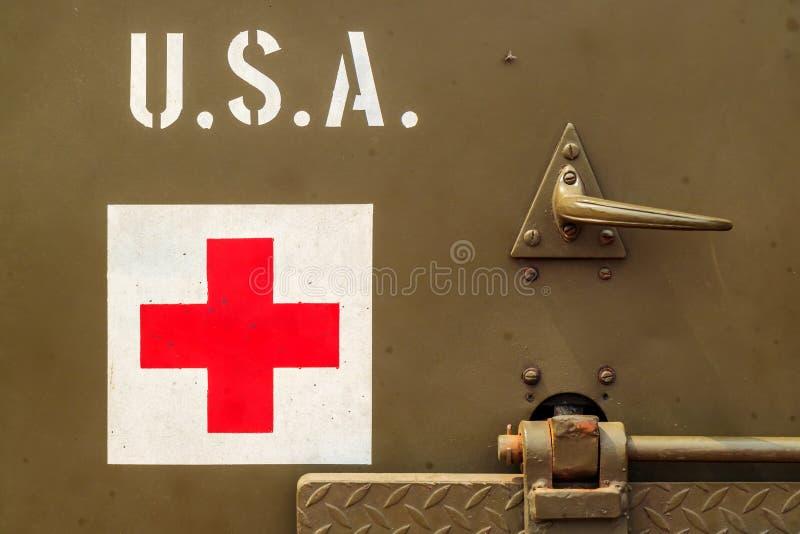 Sluit omhoog van een oude het Legervrachtwagen van de V.S. met rood kruisteken royalty-vrije stock foto's