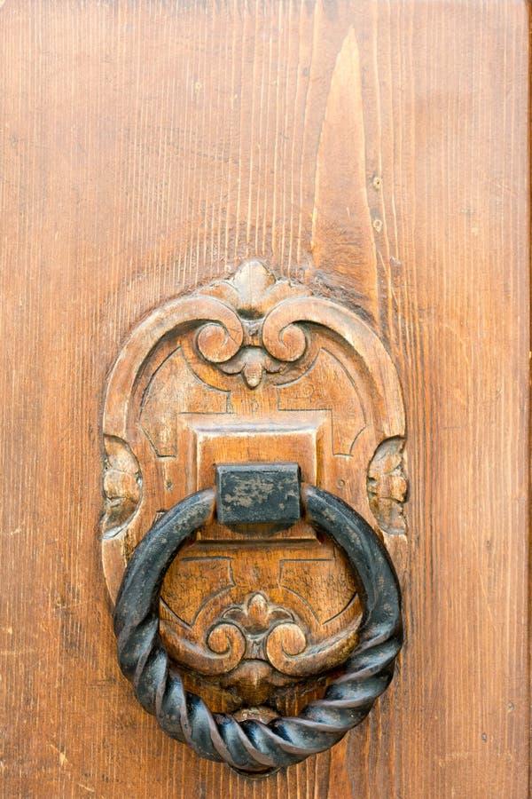 Sluit omhoog van een Oude Klep op Ruwe Houten Deur royalty-vrije stock foto's