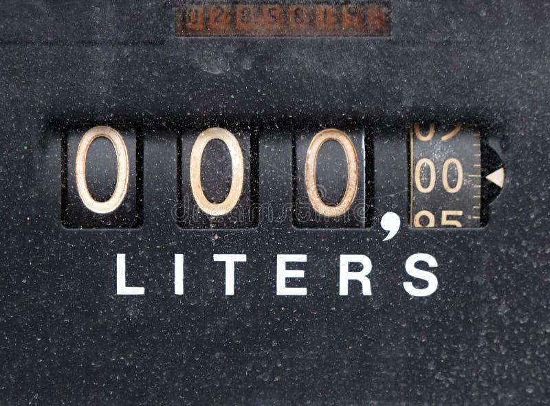 Sluit omhoog van een oude uitstekende pomp van de gasbenzine stock foto's