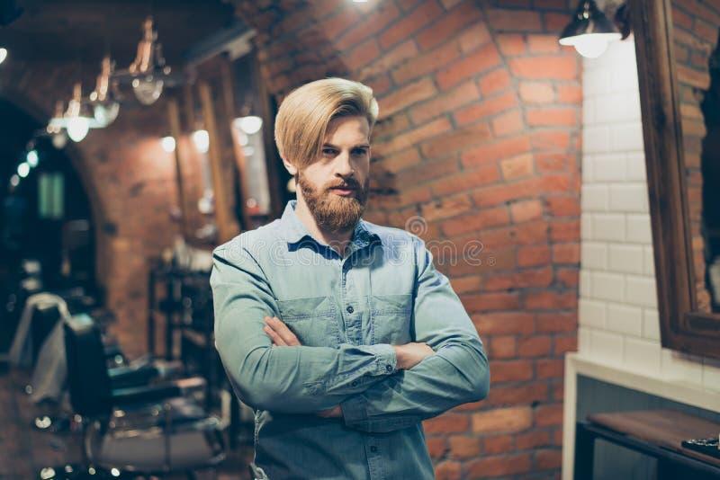Sluit omhoog van een overweldigende blik van een rode gebaarde blonde kerel met tren royalty-vrije stock fotografie