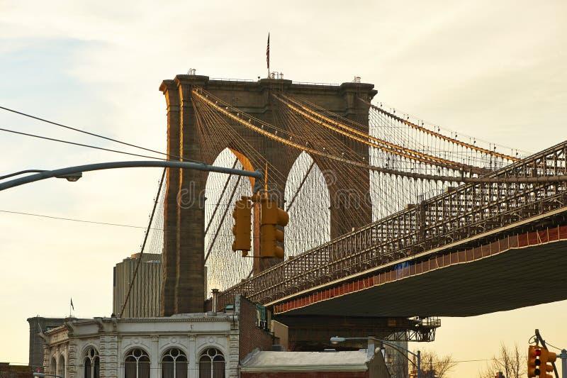 Sluit omhoog van een pijler van de brug van Brooklyn bij zonsondergang stock fotografie