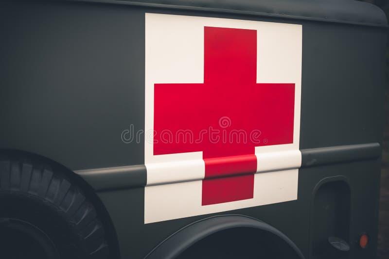 Sluit omhoog van een rood kruis op een uitstekende legerziekenwagen stock fotografie