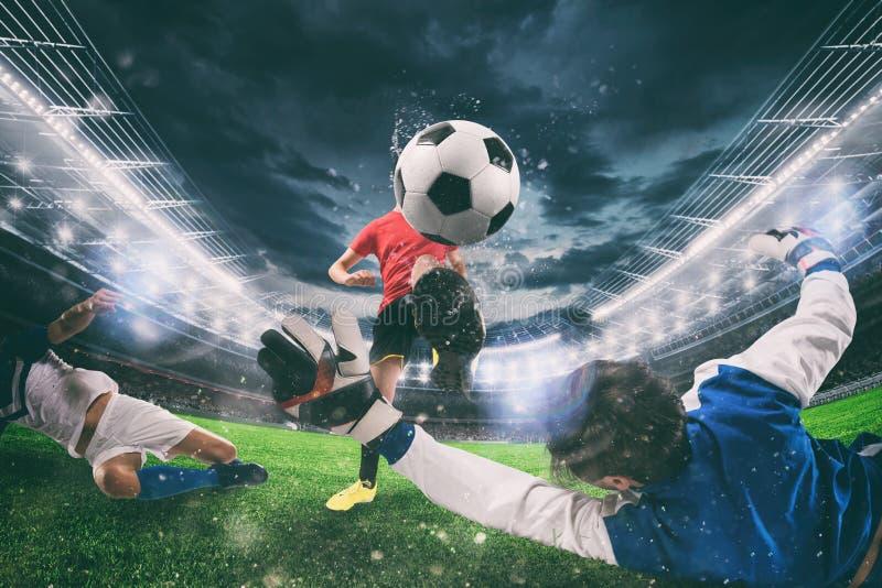 Sluit omhoog van een scène van de voetbalactie met concurrerende voetballers bij het stadion tijdens een nachtgelijke royalty-vrije stock foto's
