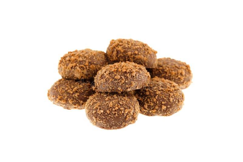 Sluit omhoog van een stapel van heerlijke knapperige die karamelkoekjes met melkchocola en koekjesdeeltjes met een laag worden be royalty-vrije stock afbeelding