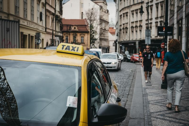 Sluit omhoog van een teken op gele taxi op een straat in Praag, Tsjechische Republiek royalty-vrije stock foto