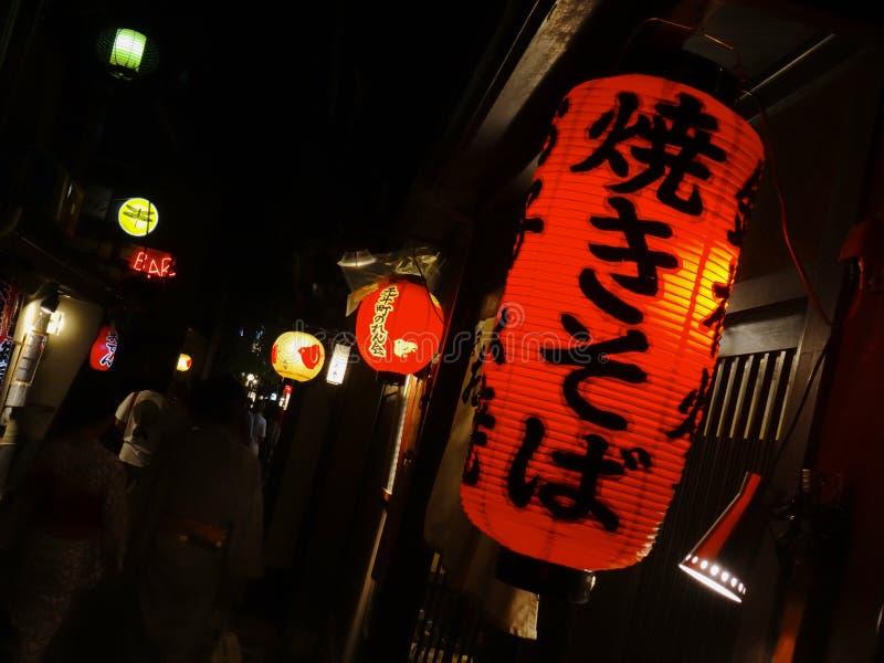 Sluit omhoog van een traditionele rode Japanse document lantaarn stock afbeelding