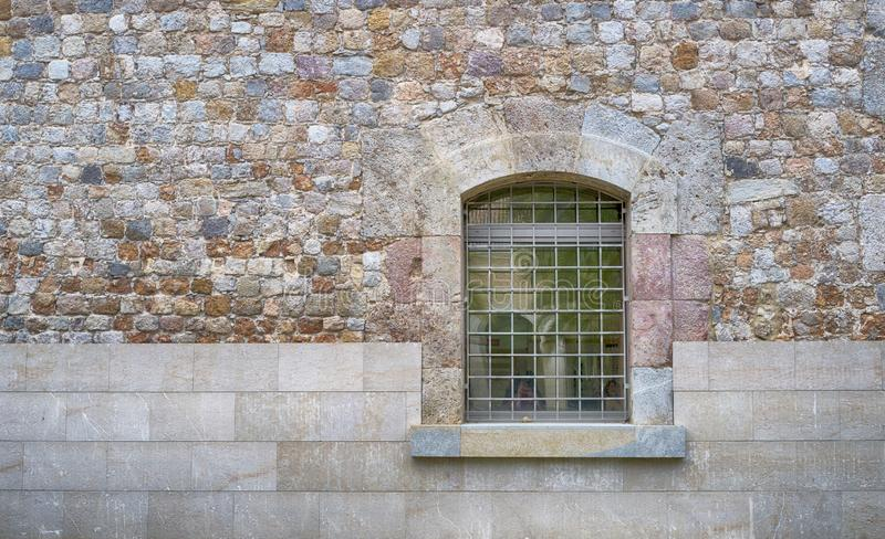Sluit omhoog van een venster met bars en muur stock afbeelding