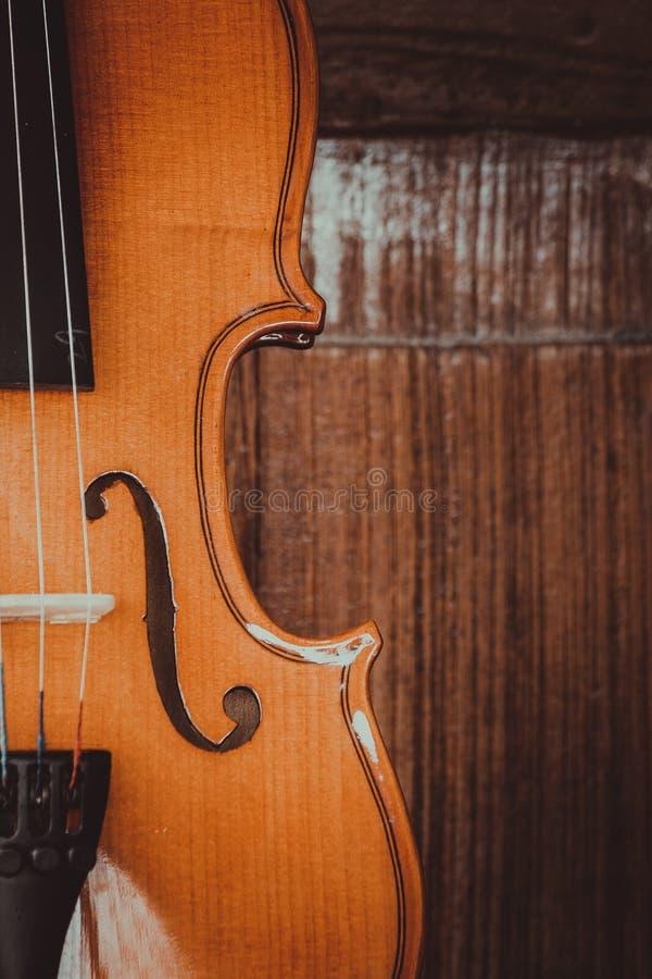 Sluit omhoog van een viool diep ondiep van gebied op houten achtergrond royalty-vrije stock fotografie