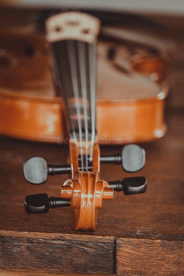 Sluit omhoog van een viool diep ondiep van gebied op houten achtergrond royalty-vrije stock afbeelding