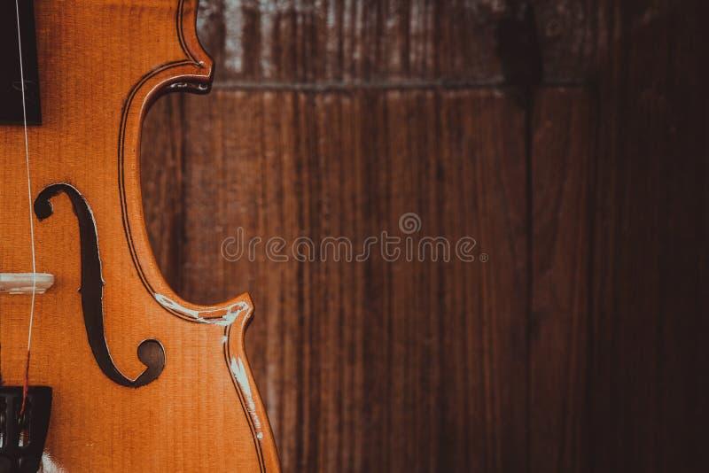 Sluit omhoog van een viool diep ondiep van gebied op houten achtergrond stock afbeelding