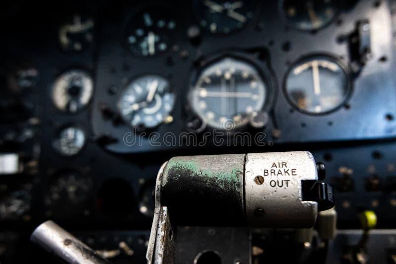 Sluit omhoog van een vliegtuigencockpit die instrumenten en panelen van een oud verlaten twee seatervliegtuig tonen royalty-vrije stock foto