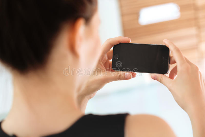 Sluit omhoog van een Vrouw Gebruikend Mobiele Slimme Telefoon royalty-vrije stock foto