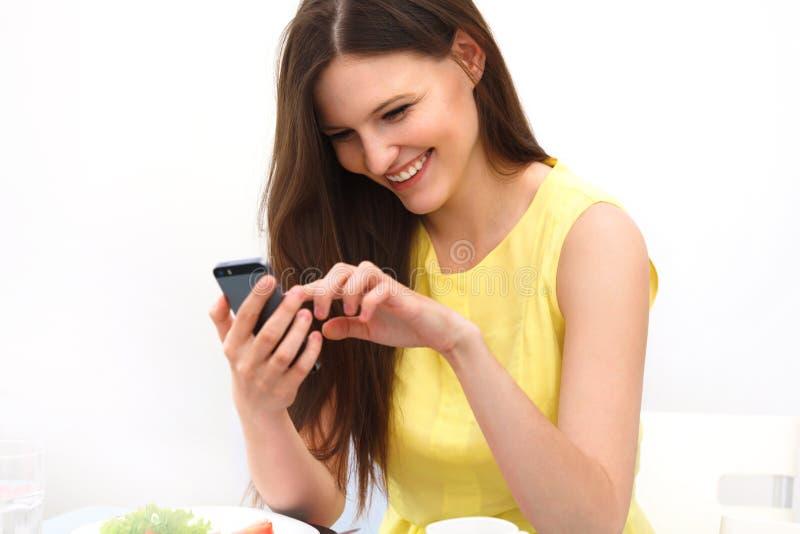 Sluit omhoog van een Vrouw Gebruikend Mobiele Slimme Telefoon stock fotografie