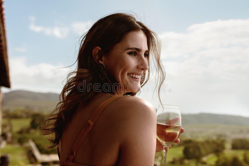Sluit omhoog van een vrouw het drinken wijn royalty-vrije stock afbeeldingen
