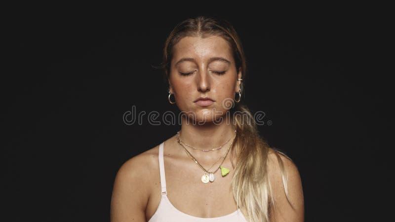 Sluit omhoog van een vrouw met gesloten ogen stock fotografie