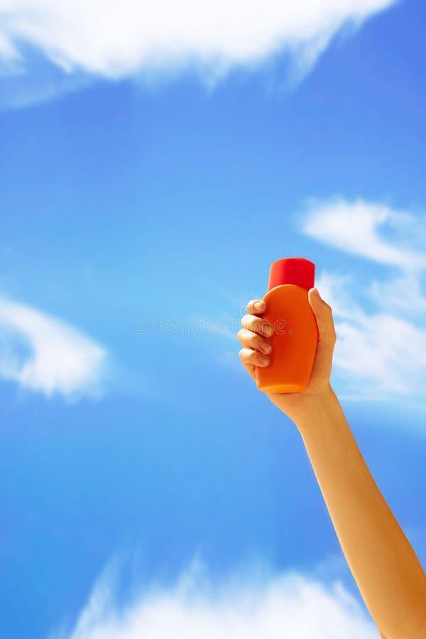 Sluit omhoog van een vrouwelijke fles van de de zonroom van de handholding stock foto's