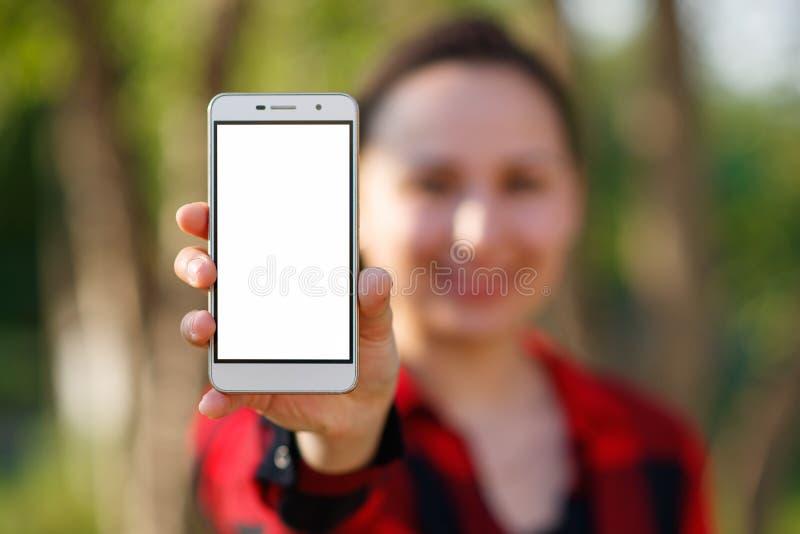 Sluit omhoog van een wijfje die het leeg verticaal telefoonscherm op de straat tonen royalty-vrije stock afbeelding