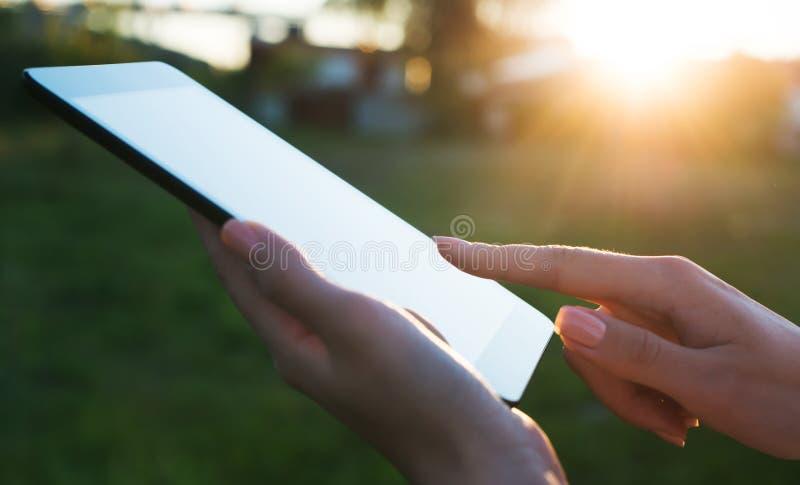 Sluit omhoog van een womman gebruikende mobiele tabletpc royalty-vrije stock afbeelding